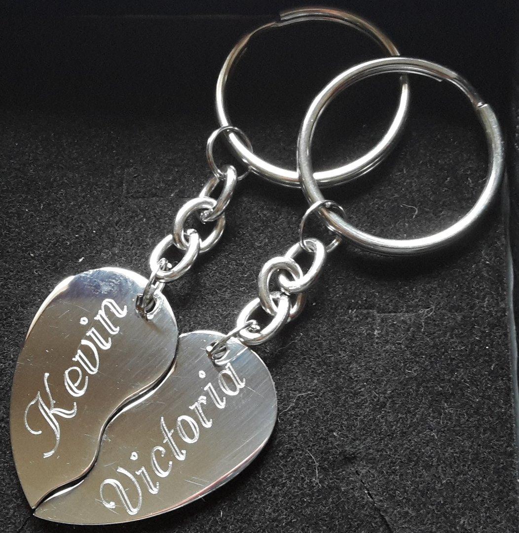 Schlüsselanhänger geteiltes Herz mit Gravur auf der Vorderseite Rückseite